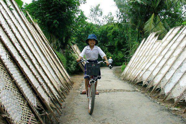 Vừa bước vào làng nghề là đã thấy bánh tráng Thuận Hưng được phơi đều dọc hai bên đường