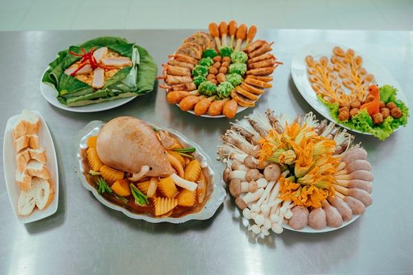 Bàn tiệc hấp dẫn với đầy đủ các món ăn ngon được chế biến từ các loại chả cá viên đến từ PHAM NGHIA FOOD