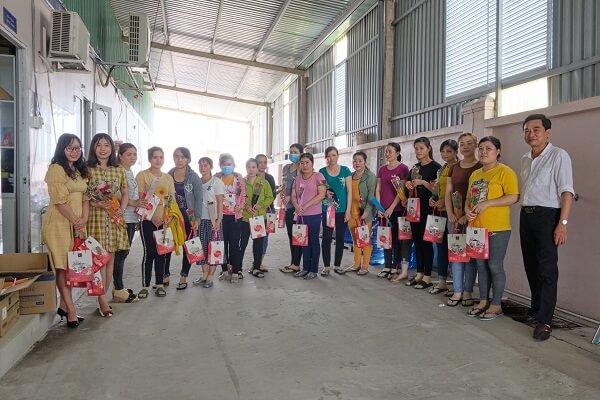 Ông Lâm Văn Lợi, Phó Trưởng phòng Hành chính- Nhân sự PHAM NGHIA FOOD trao quà 20/10 cho chị em khối nhà máy sản xuất