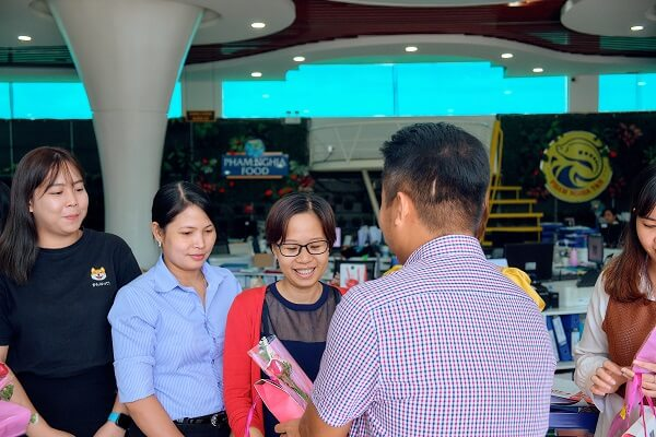 Ông Phạm Trọng Nghĩa, Giám đốc PHAM NGHIA FOOD tận tay trao những phần quà 20/10 cho nhân viên nữ!
