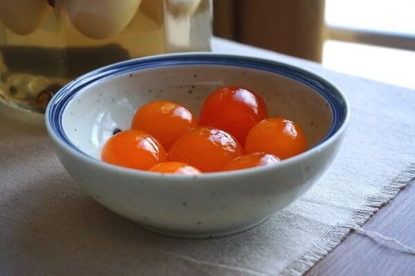 Sốt làm từ trứng muối đã tô điểm thêm cho viên tôm mùi vị đậm đà hơn!