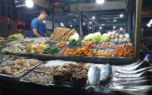 Chợ đêm Trần Phú cũng không kém cạnh với nhiều quán ăn chơi thiên về hải sản!