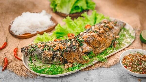 """Thưởng thức cá lóc nướng, cá lóc quay thì phải ăn kèm với bánh tráng và nước chấm chua ngọt thì mới """"đúng bài"""""""