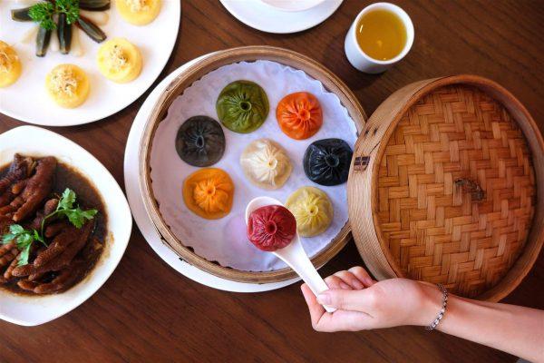 Tiểu long bao truyền thống nổi tiếng với cách thưởng thức cầu kỳ với nhiều màu sắc sinh động