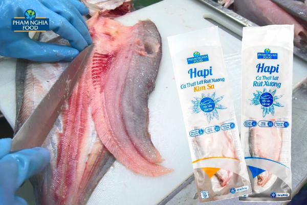 Tỉ mỉ đến từng chi tiết, cá thát lát rút xương của PHAM NGHIA FOOD được tạo ra từ những đôi tay khéo léo với nhiều tâm huyết!