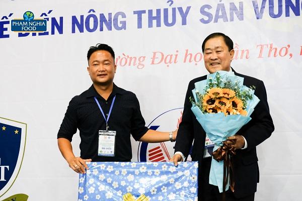 Đại diện PHAM NGHIA FOOD gửi lời tri ân và món quà lưu niệm dành tặng Đại học Cần Thơ