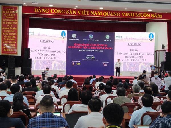 Diễn giả trình bày tham luận liên quan đến thị trường nông sản tại hội nghị