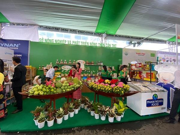 Gian hàng các đặc sản Cần Thơ được trưng bày tại hội nghị về thị trường nông sản