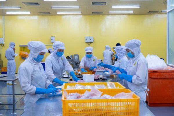 PHAM NGHIA FOOD trang bị đầy đủ trang phục bảo hộ cho công nhân để đảm bảo an toàn sản xuất