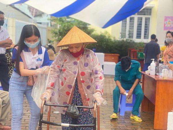 Phạm Nghĩa tự hào khi được góp chút tấm lòng dành tặng cho bà con tại Siêu thị 0 đồng!